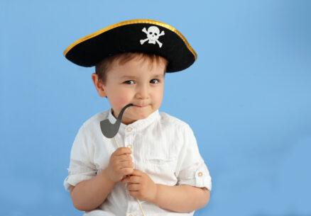 niño con sombrero de pirata y pipa